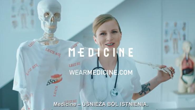 """Ubrania na """"ból istnienia"""". Kontrowersyjna kampania Medicine. Lekarze: zakupy nie leczą depresji"""