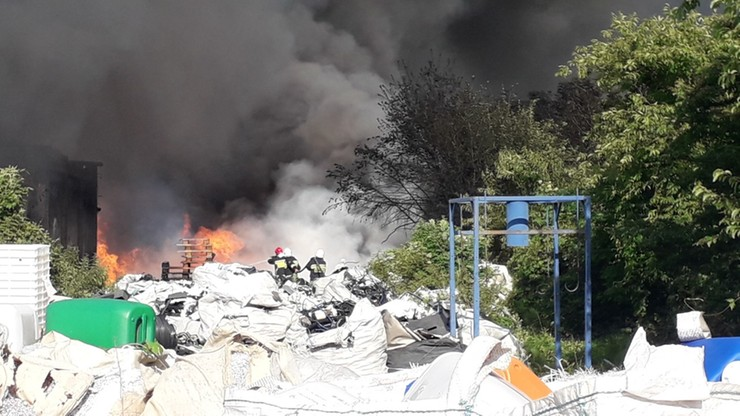 Płonie duże składowisko odpadów. Strażacy walczą z ogniem i trującym dymem