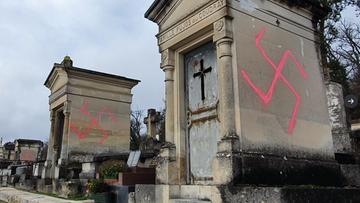 """Swastyki na chrześcijańskim cmentarzu. """"Nikczemny akt neonazistów"""""""